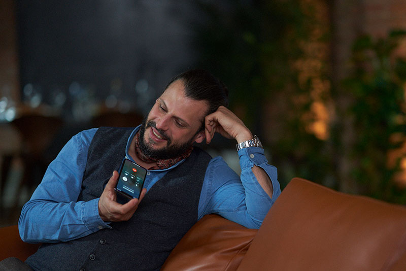 Man using bluetooth in sofa with Signia Styletto Connect